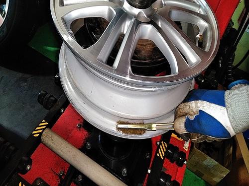 取り外したタイヤの汚れのお掃除